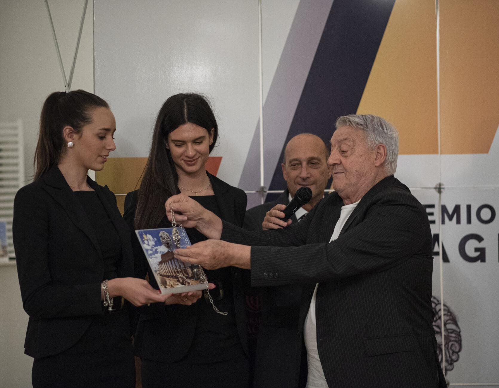 Gerardo Sacco illustra a Nino Foti e alla platea come ha costruito il premio