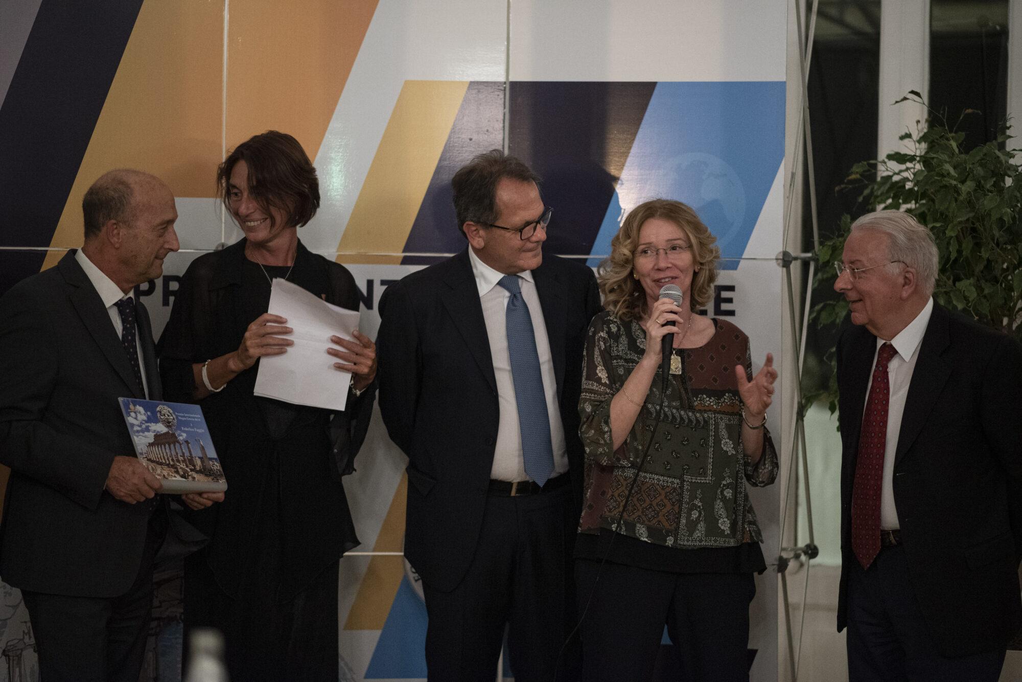 l'intervento di Sandra Savaglio per La consegna del Premio Internazionale Magna Grecia 2019 a Federico Faggin.  (da sin. Foti, Bottero, Romano, Savaglio, Faggin)